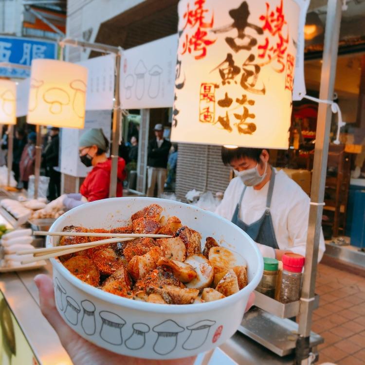 來逛士林夜市千萬不要錯過這些美食!黑糖奶、拉麵、燒肉飯全都排隊排到爆滿!