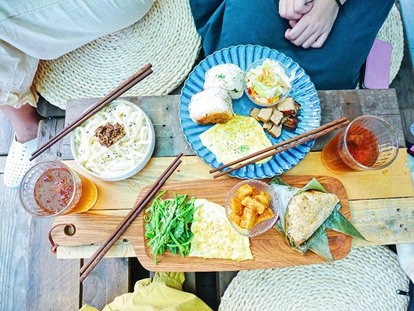 來去海邊坐!綠島美食初體驗,嚐嚐海草酥、手作魚粽最海味的島國美食吧!